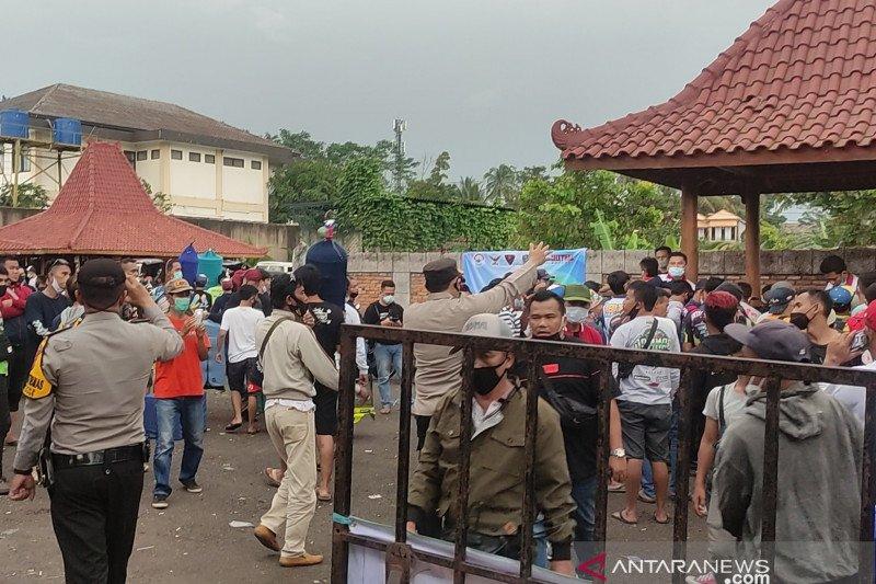 Undang kerumunan, polisi bubarkan lomba burung berkicau di Cianjur