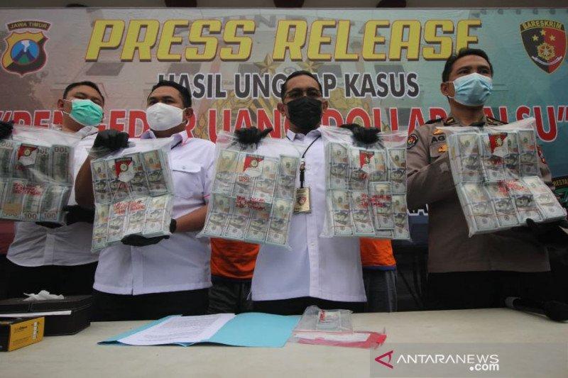 Polrestabes Surabaya bekuk dua warga Bali penukar dolar AS palsu