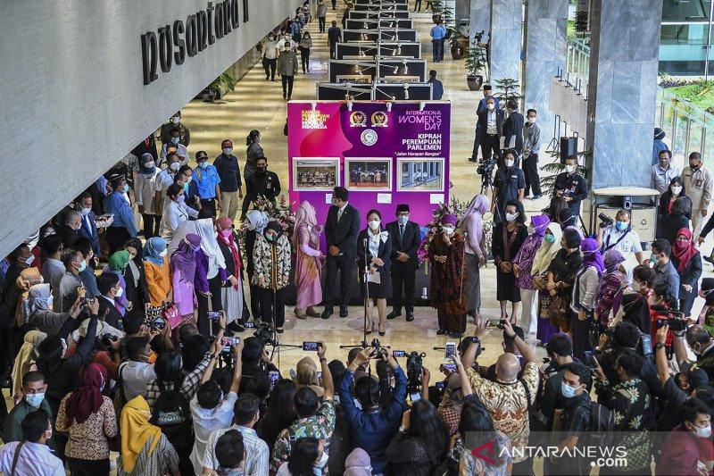 Pameran foto Peringatan Hari Perempuan Internasional