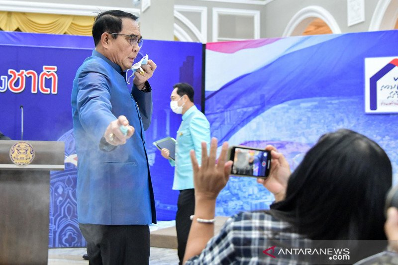 Hindari jawab perombakan kabinet, PM Thailand semprot jurnalis dengan disinfektan