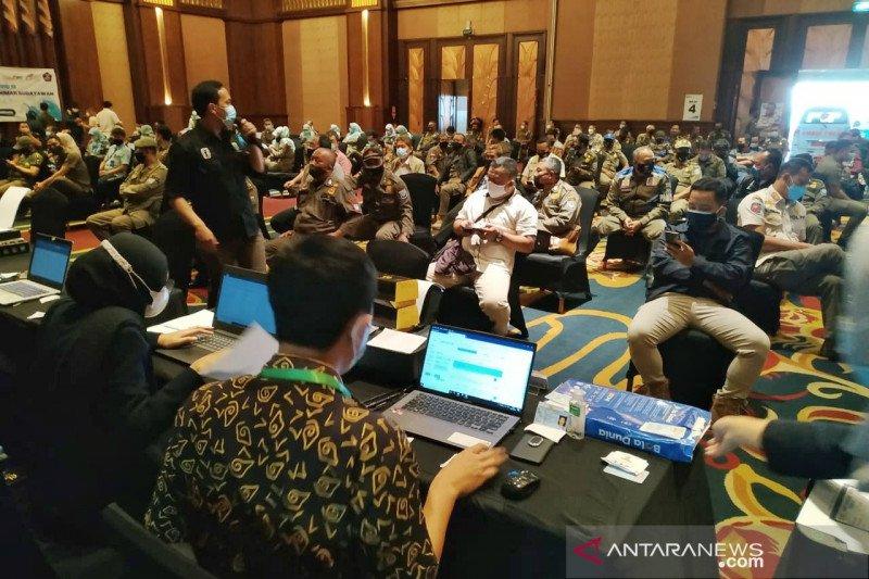 1.100 petugas publik dan dosen di Bandung jalani vaksinasi COVID-19