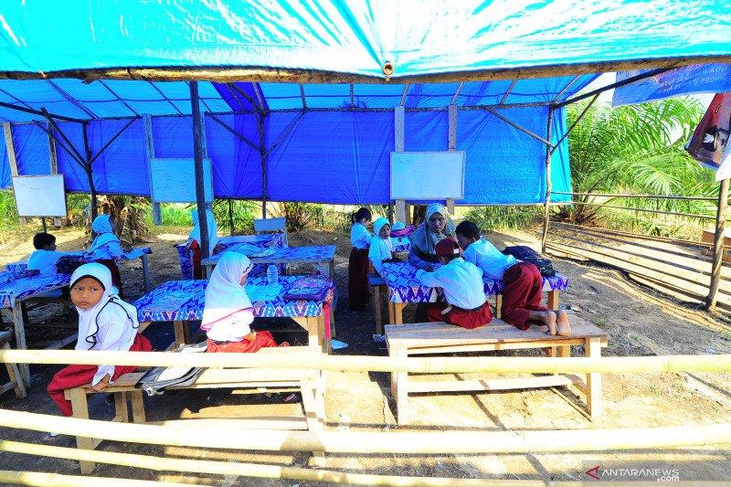 Sekolah darurat di lokasi terpencil di Sumatera Barat