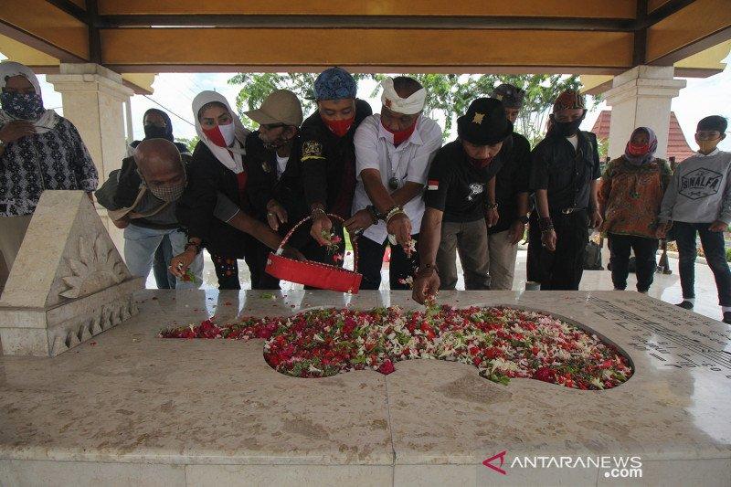 Peringati Hari Musik Nasional, warga tabur bunga di makam WR Soepratman