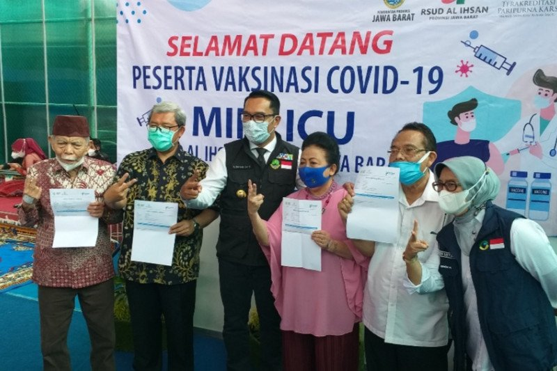 Ahmad Heryawan hingga Ceu Popong divaksin di Gedung Pakuan Bandung