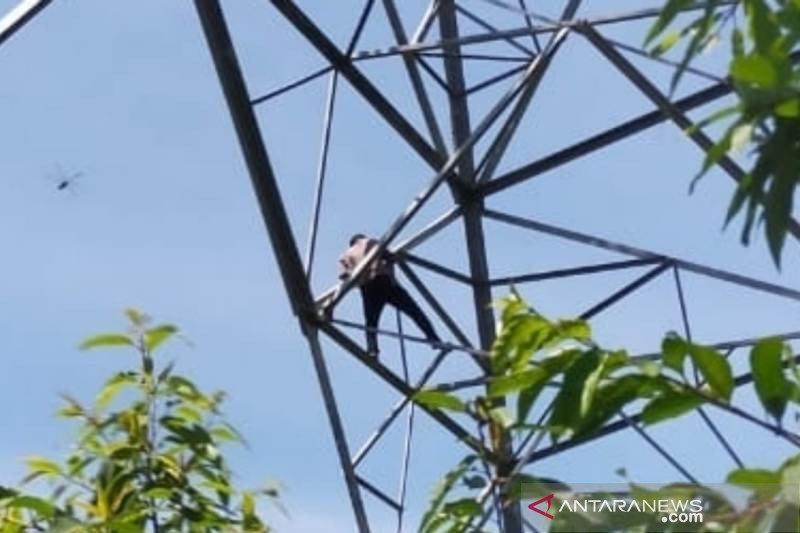 Diduga hendak bunuh diri, seorang ASN di Aceh Barat nekat panjat tower