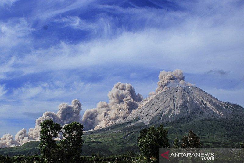 Gunung Sinabung erupsi luncurkan awan panas mencapai 1.000 meter