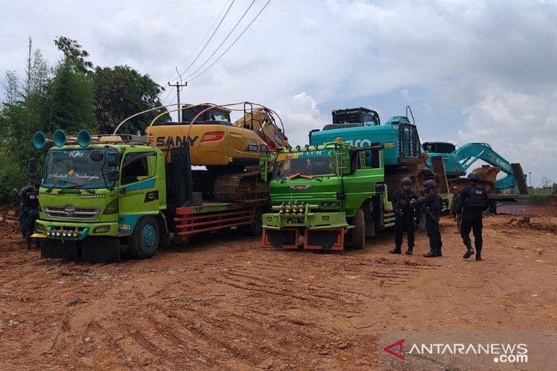 Tim Gabungan KLHK segel dua lokasi galian C ilegal di Purwakarta