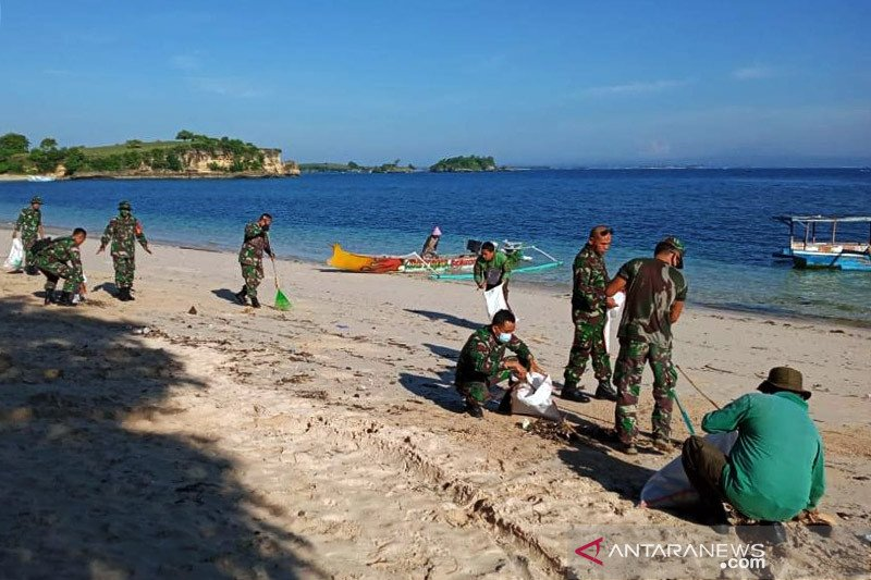 Pesisir Pantai Pink Lombok Timur dibersihkan warga, Dispar dan TNI