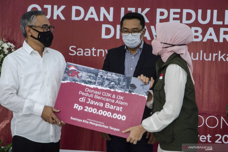 OJK serahkan bantuan penanganan bencana alam ke Jawa Barat