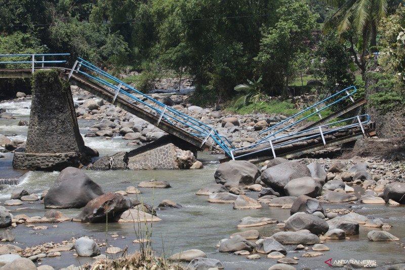 Jembatan antar desa di Nganjuk putus akibat banjir