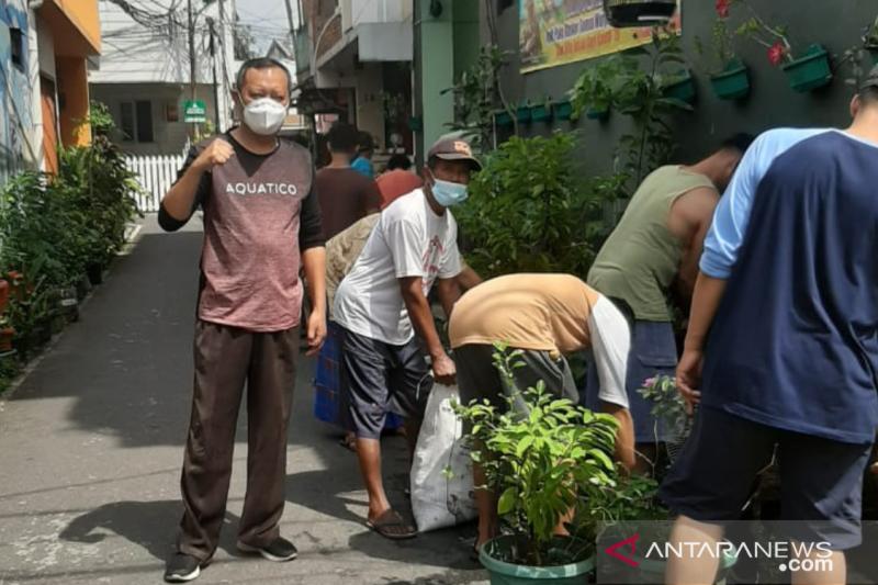 Warga bersihkan saluran air untuk cegah banjir