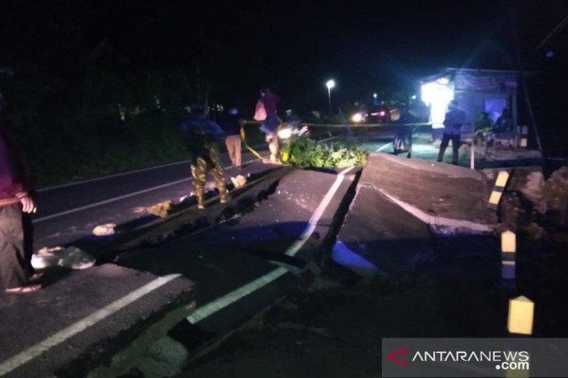 Jalur penghubung Pamekasan-Pasean ambles akibat hujan deras