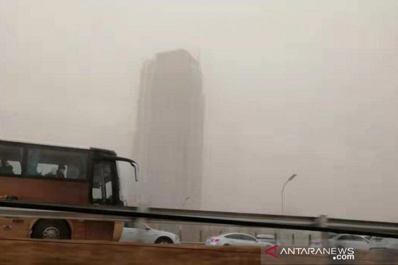 Beijing dilanda badai debu, langit jadi kuning