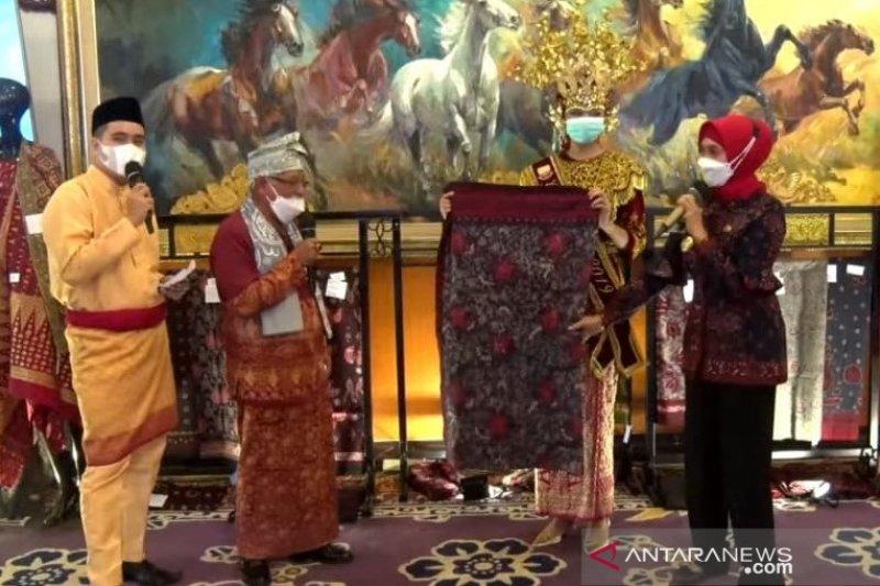 Di Jelajah Jambi, 3 menteri dan Gubernur BI beli Batik Jambi