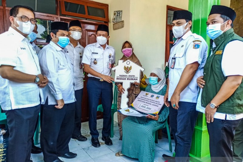 Pemkot Jaksel serahkan bantuan bedah rumah Baznas DKI