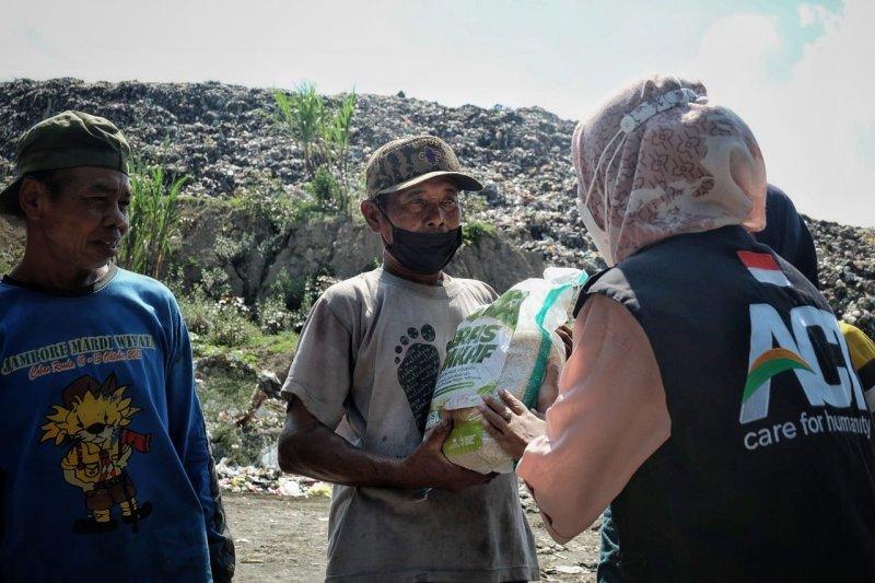 ACT Madiun salurkan bantuan pangan bagi pemulung TPA Winongo