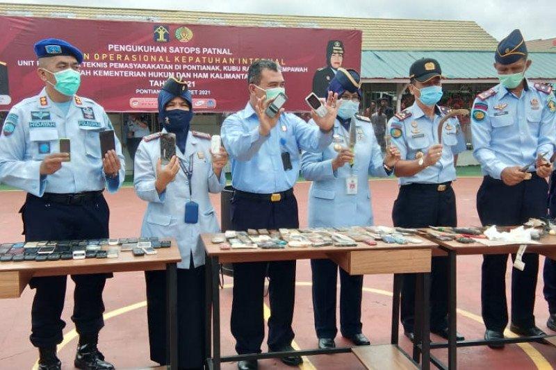 Petugas musnahkan 236 handphone hasil tiga bulan razia di LP Pontianak