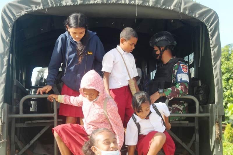 Satgas TNI bantu angkutan siswa ke sekolah di perbatasan RI-PNG