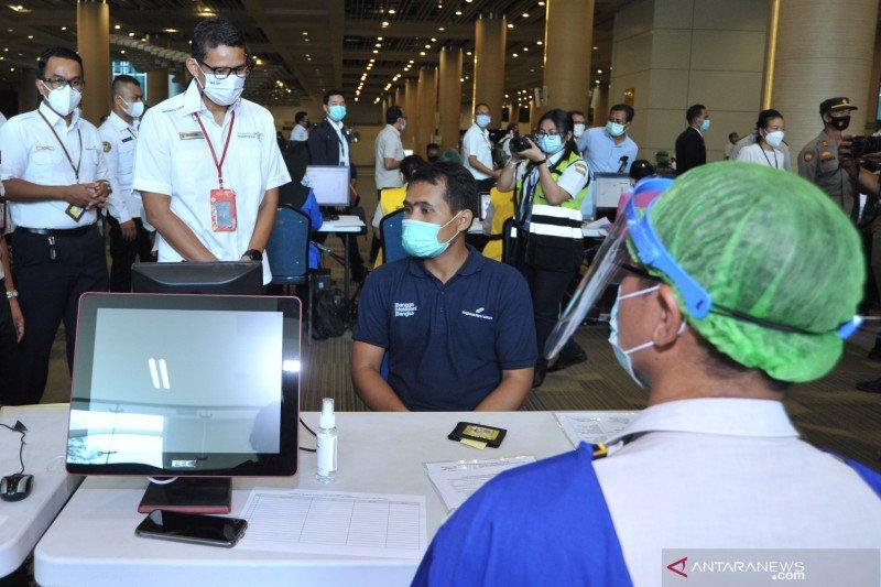 Menparekraf tinjau vaksinasi COVID-19 pada petugas bandara Bali