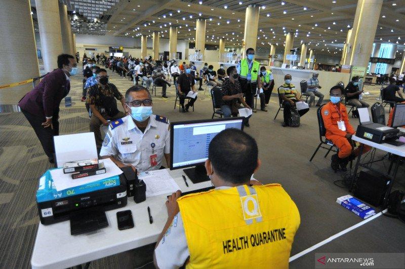 Vaksinasi petugas Bandara Internasional I Ngurah Rai