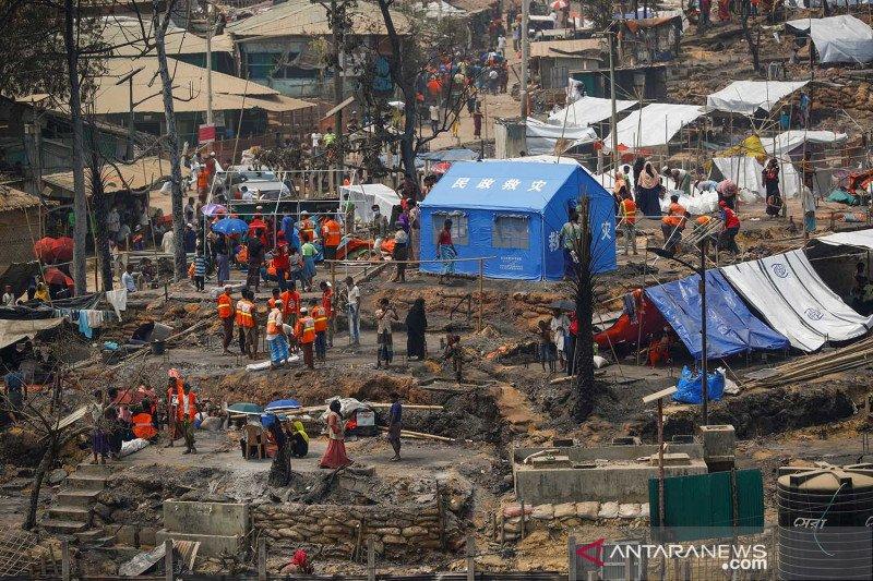 Rohingya di Bangladesh bangun kembali gubuk mereka setelah kebakaran