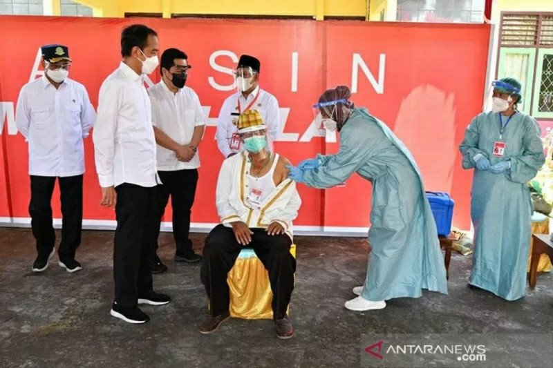 Presiden Jokowi tinjau Pelabuhan Yos Sudarso dan vaksinasi di Maluku