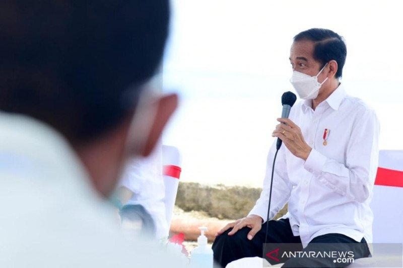 Canda Jokowi bersama nelayan Maluku Tengah soal sepak bola