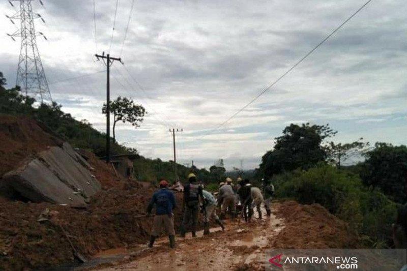 Longsor tebing gunung tutupi jalan lintas Aceh Barat-Pidie