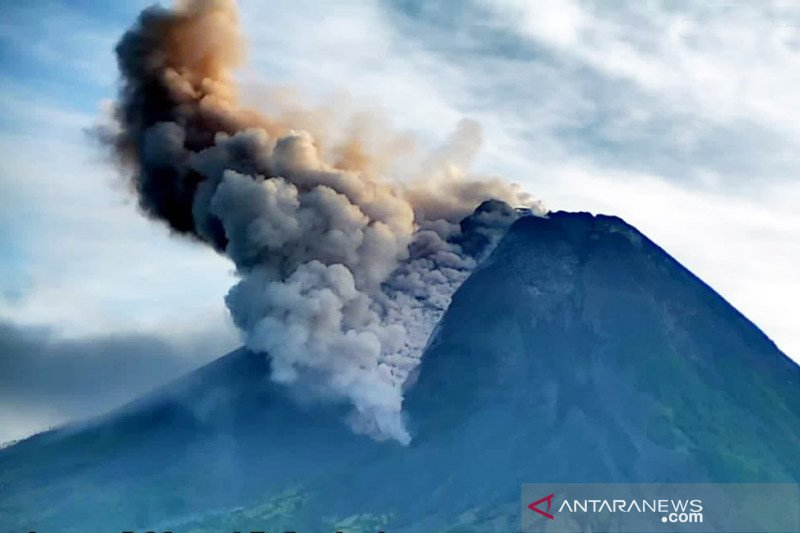 Gunung Merapi meluncurkan tujuh kali awan panas guguran