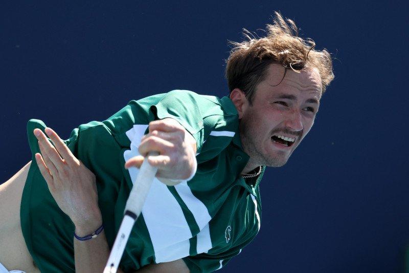 Positif terpapar COVID-19, Medvedev mundur dari Monte Carlo Masters