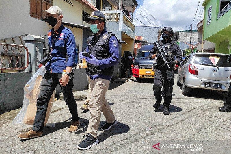 Densus 88 geledah rumah pelaku bom Katedral di Makassar