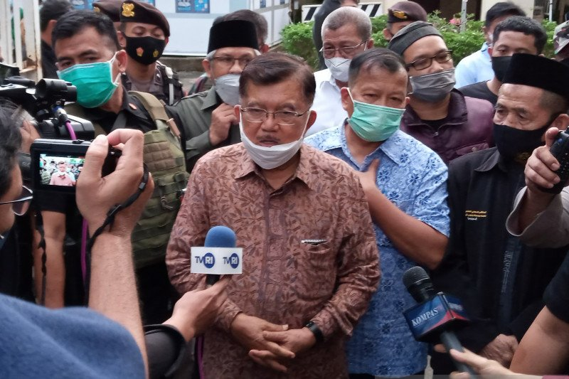 Mantan Wapres Jusuf Kalla kunjungi Gereja Katedral Makassar
