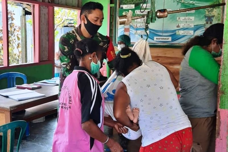 Babinsa Koramil Yapen Selatan bantu pelayanan Posyandu
