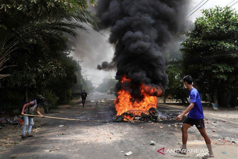 Lawan kudeta militer, warga Myanmar gelar aksi pemogokan sampah