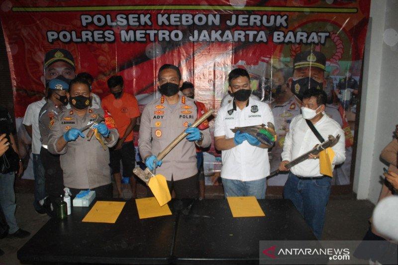 Polres Jakbar ringkus dua pelaku pencurian furnitur rumah di Kedoya