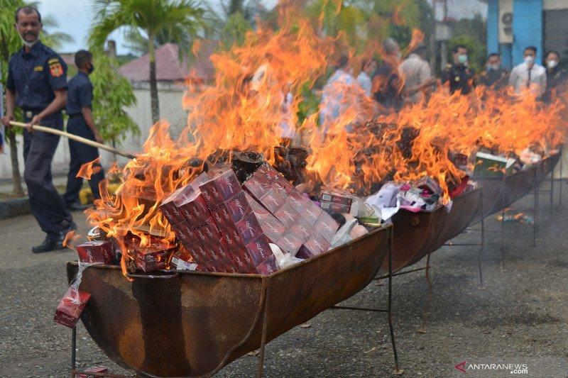 Pemusnahan barang impor ilegal di Banda Aceh