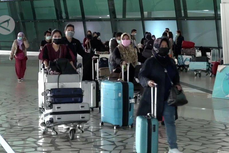 Jumlah penumpang pesawat domestik & internasional turun