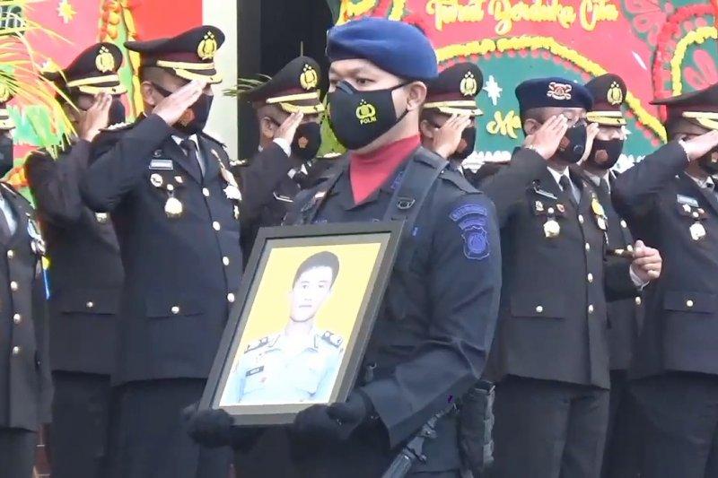 Penghormatan terakhir untuk Briptu Herlis, polisi yang tertembak MIT Poso