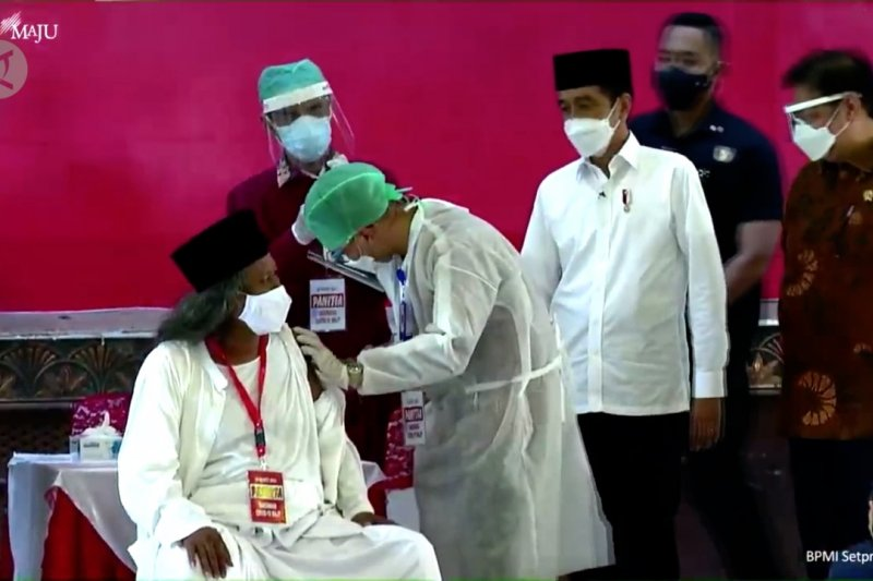 Tinjau vaksinasi ulama, Presiden berharap aktivitas keagamaan berjalan baik