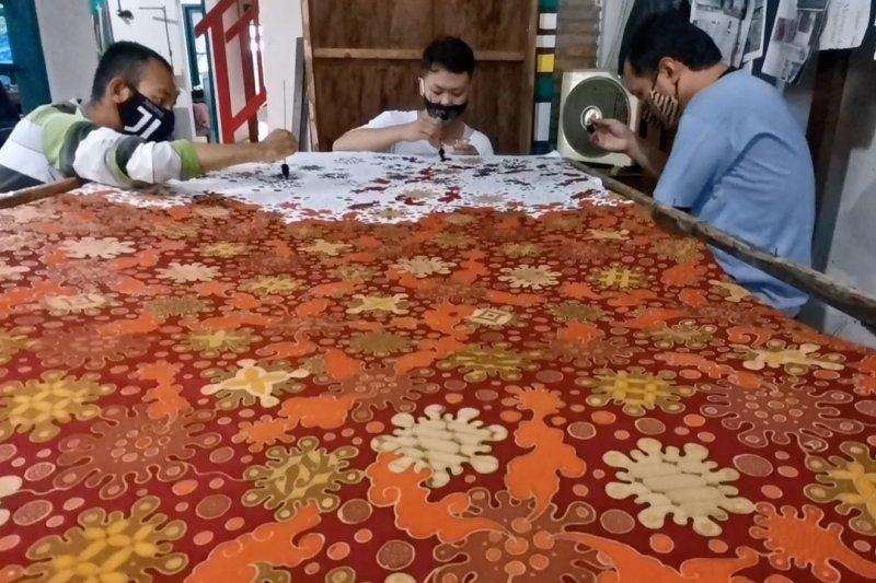 Batik motif corona kreasi penyandang tuna rungu wicara