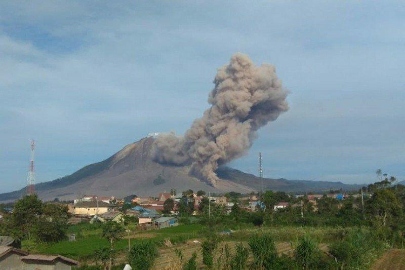 Gunung Sinabung erupsi, luncurkan awan panas 500 meter