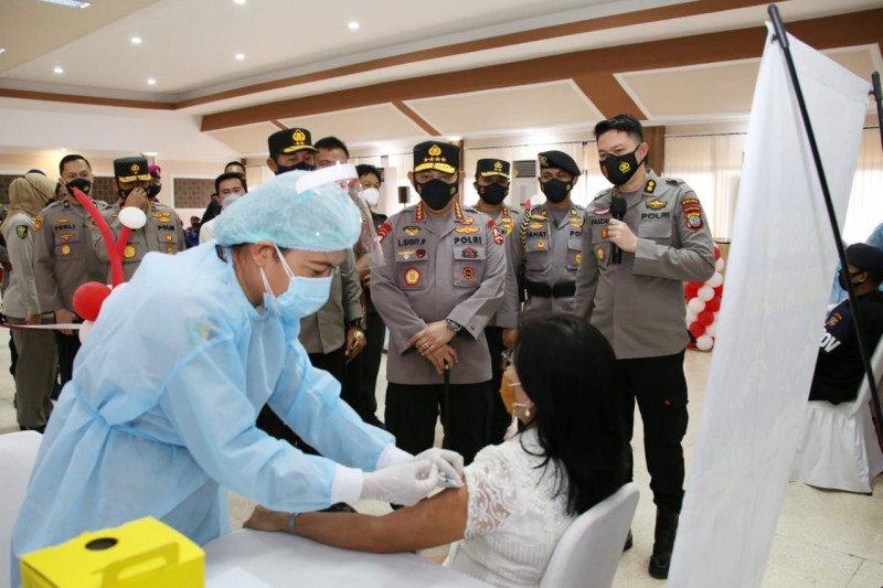Kapolri tinjau vaksinasi massal di Mapolda Sulut