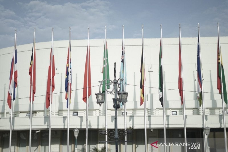 110 bendera dipasang di Gedung Merdeka Bandung peringati 66 tahun KAA