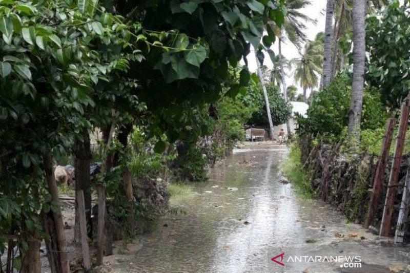 Puluhan rumah warga Kabupaten Kupang diterjang gelombang pasang