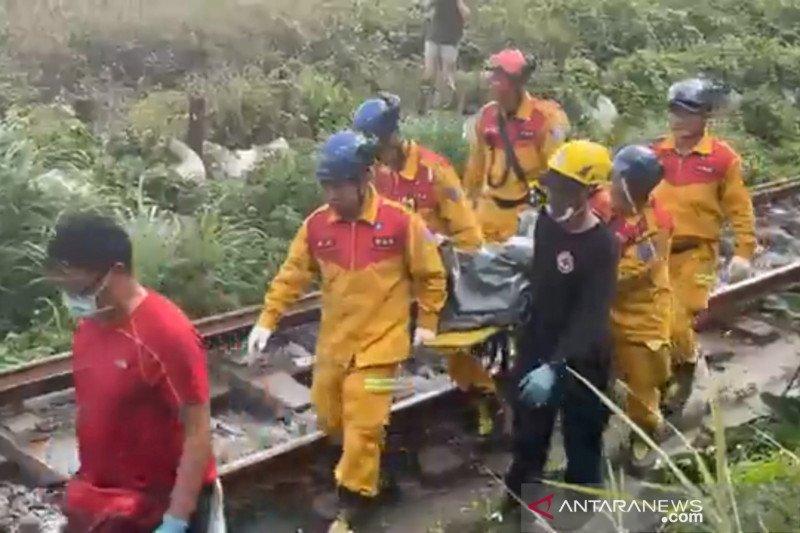 Tim SAR Taiwan bekerja keluarkan jenazah terakhir dari kereta anjlok