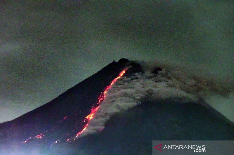 Gunung Merapi meluncurkan tiga kali awan panas guguran pada Jumat pagi