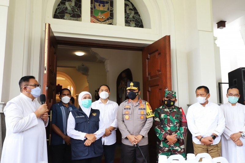 Khofifah dan Eri Cahyadi tinjau pelaksanaan Paskah di Surabaya