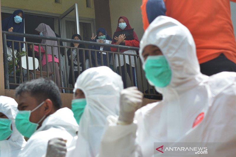 Sebanyak 58 siswa positif COVID-19, SMAN 1 Sumbar disemprot disinfektan