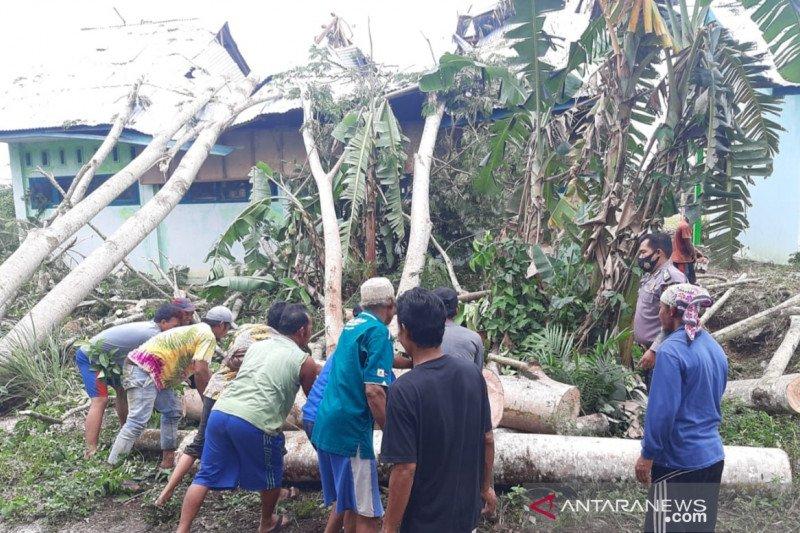 Polisi singkirkan empat pohon tumbang timpa sekolah di Mukomuko