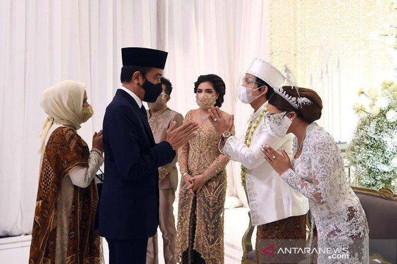 Kenakan setelan jas, Presiden Jokowi jadi saksi pernikahan Atta-Aurel